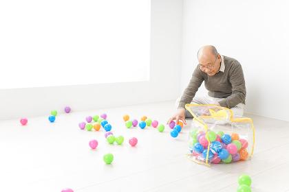 子供と遊ぶおじいちゃん