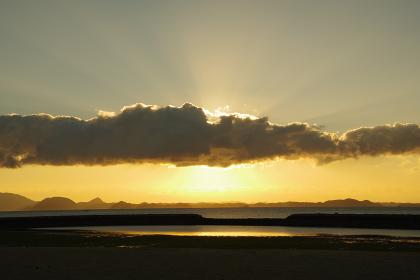 雲間から太陽が出る瞬間