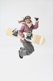 ジャンプする女性スノーボーダー