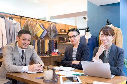 オフィスで仕事をする3人の男性と女性
