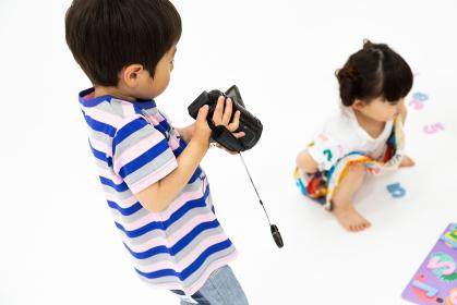 ビデオカメラをまわす男の子
