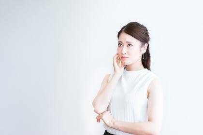 不安な表情の若い女性