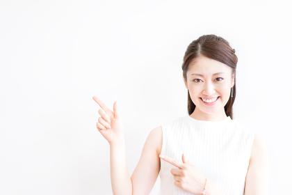 指差す若い女性(アピール・案内・メッセージ)