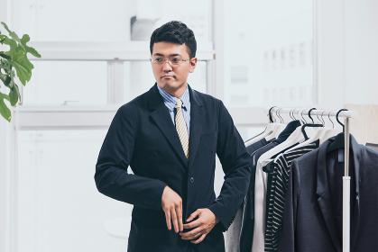 ジャケットを羽織る男性