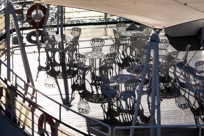 横浜大桟橋、船上パーティー会場のシルエット