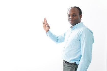 グッドサインをする黒人の男性