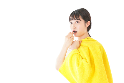歯みがきをする若い女性