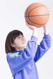 バスケットボールを持つ女子高校生