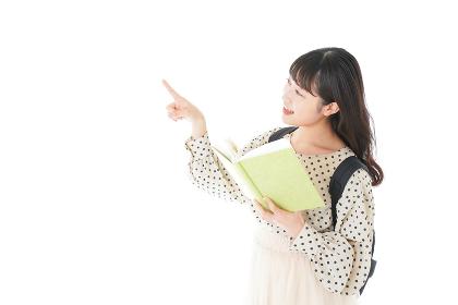 上を指差す制服を着た女子学生