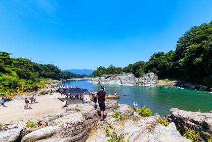 人々で賑わう夏の長瀞岩畳