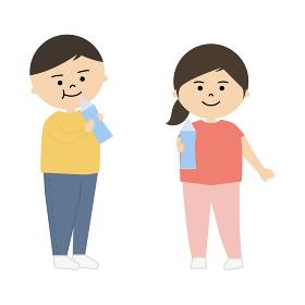 水分補給をする男の子と女の子のイラスト (全身)
