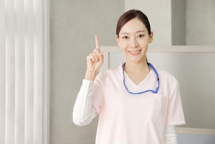 指差しポーズの医療従事者の女性
