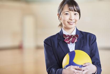 バーレーボールを持っている日本人女子高校生