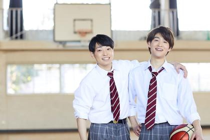 肩を組む日本人男子高校生