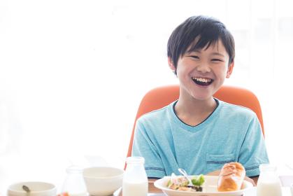 給食を食べる小学生