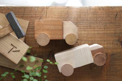 光がさすカーテン越しの小さな木材を使ったdiyを始めるイメージ