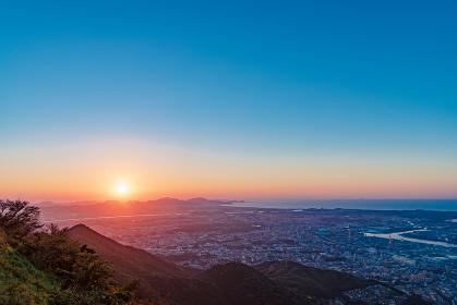 皿倉山展望台から望む夕暮れの北九州都市風景