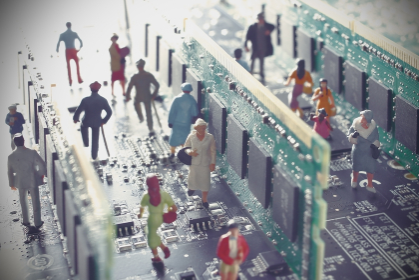 PC基盤に囲まれた未来の社会のジオラマ
