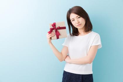 プレゼントを持つ女性 考える