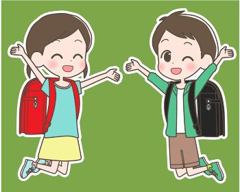 ランドセルを背負って笑顔でジャンプする小学生の男の子と女の子