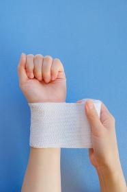 包帯を巻く手