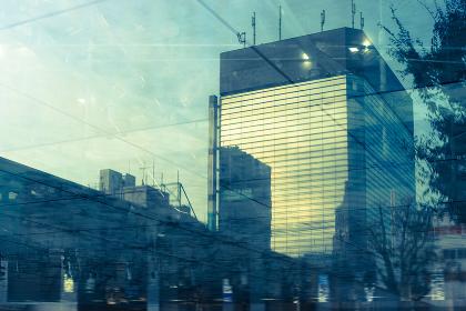 天井のガラスに写った高層ビルと空