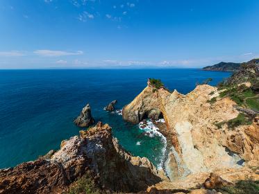西伊豆 快晴の黄金埼とエメラルドグリーンの海
