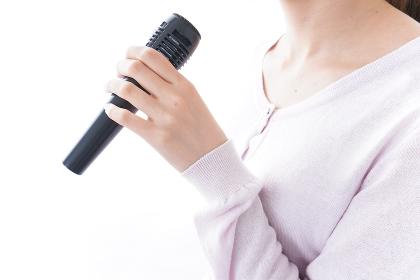 カラオケで歌う女性