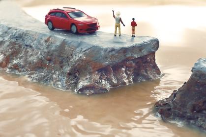豪雨による堤防の決壊と助けを求める人々のジオラマ