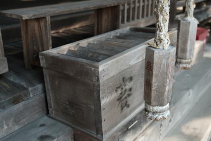 古いお寺の賽銭箱