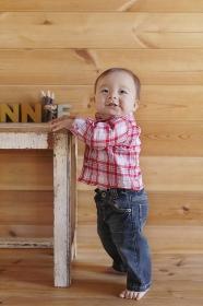 つかまり立ちする赤ちゃん