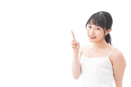ビューティーアドバイスをする笑顔の若い女性