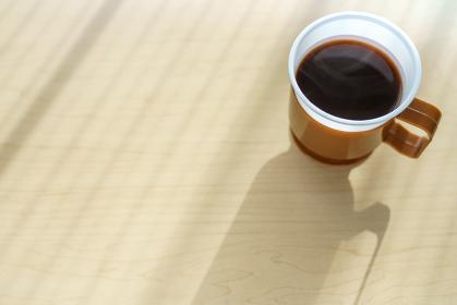 オフィスのデスクでホットコーヒー