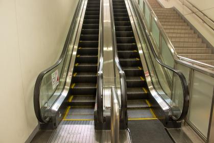 商業施設にあるエスカレーターと階段