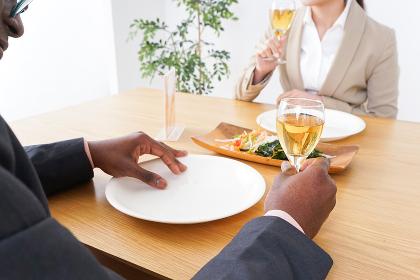 食事を楽しむビジネスパーソンたち