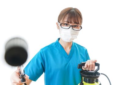 施設の消毒作業をする女性
