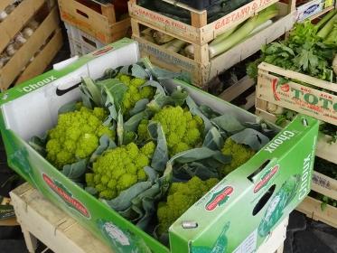 市場で売られているイタリア野菜、ロマネスコ(箱入り)