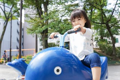 公園で一人で遊ぶ子ども