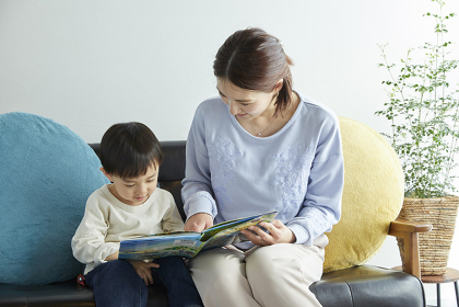 息子に絵本を読み聞かせる母親