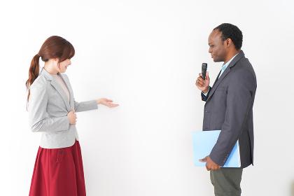 プレゼンテーションをする2人のビジネスパーソン
