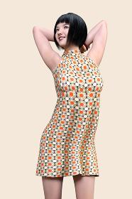 黒髪でショートカット前髪ぱっつんの女の子がバンザイして頭の後ろで手を組む立ちポーズ