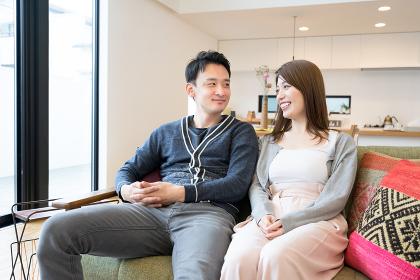 会話するカップル(夫婦・ライフスタイル・室内