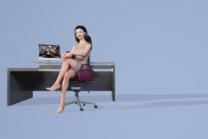 パソコンが置いてあるシンプルなデザインの机の前に座るワインレッドのバッグとおしゃれなワンピースを着た
