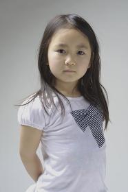 6歳の女の子上半身ポートレート
