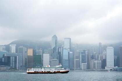 香港島の高層ビル群とフェリー