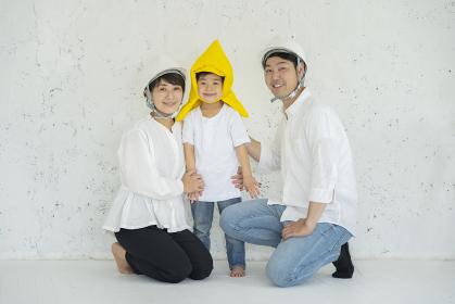防災頭巾をかぶる子供とヘルメットを装着する親