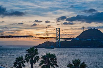 朝の爽やかな関門海峡と関門橋