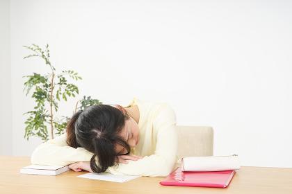 睡眠不足の若い女性