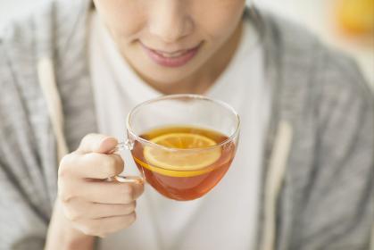 レモンティーを飲む日本人女性