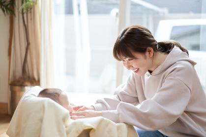 赤ちゃんと遊ぶアジア人のお母さん